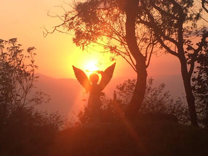 Eine Statue von Erzengel Michael im Sonnenuntergang
