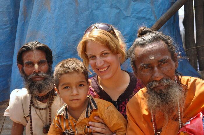 Miriam mit zwei Männern und einem Jungen in Indien