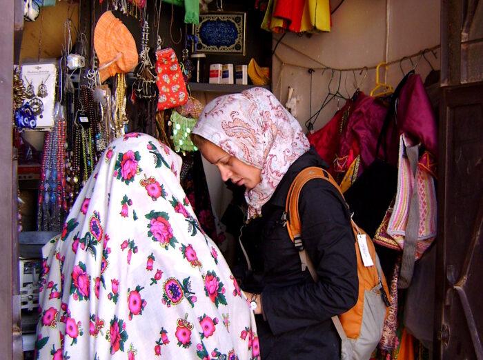 Miriam mit Kopftuch im Iran