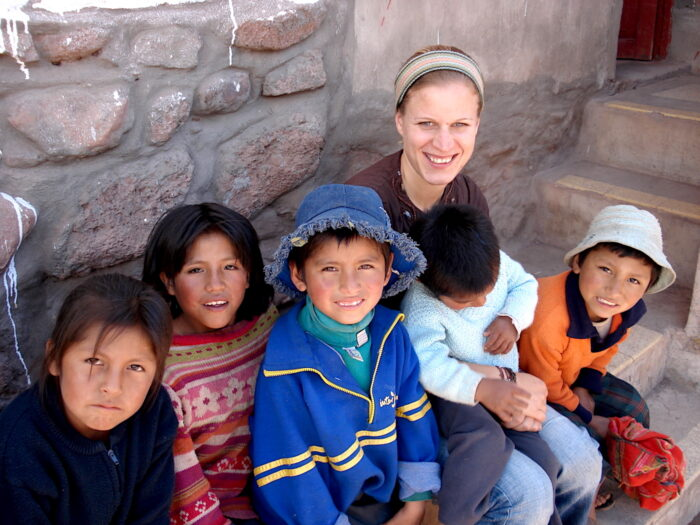 Miriam in Peru mit 5 peruanischen Kindern